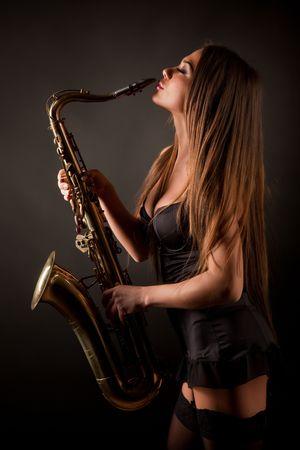 Meisje met sax, studio geïsoleerd shot