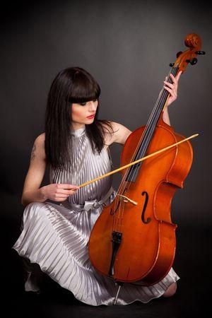 Meisje met cello, studio geïsoleerd shot