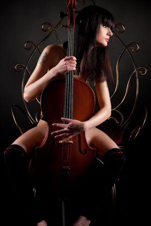 Mooie brunette meisje met cello, close-up shot