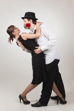 Elegante paar dansen, studio geïsoleerd schot