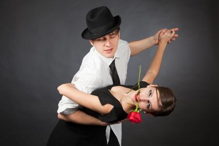 Professionele dansers, meisje met rode roos in de mond