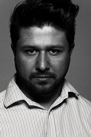 Stijlvol zwart-wit portret van man, studio geïsoleerd schot