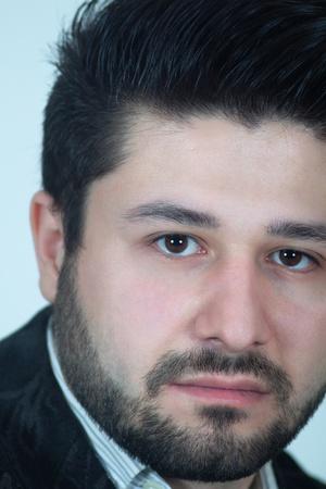 Verticale shot van ernstige jonge man met baard