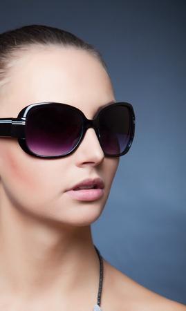 Beauty Shot met zwarte zonnebril, close-up beeld