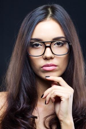 glass eye: Chica atractiva morena con gafas, de cerca foto de estudio Foto de archivo