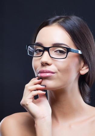 Portret van mooie brunette meisje draagt optische glazen