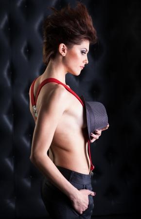 jeune fille adolescente nue: Topless fille sexy avec des bretelles et un chapeau