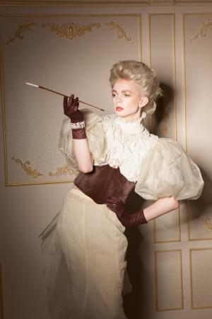 Eski moda ağızlık ile zarif portre