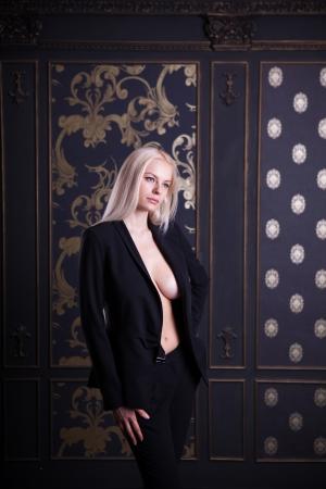 Meisje in elegante zwarte kostuum, studio opname Stockfoto