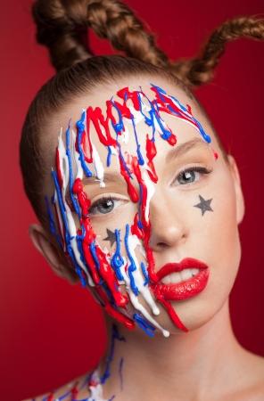 pintura en la cara: Muchacha con maquillaje trenza y artístico, cerca disparo