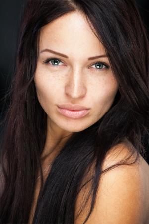Meisje met schattige sproeten op haar mooie gezicht