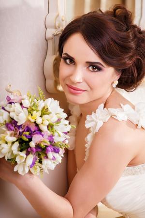 ojos marrones: Retrato de una novia feliz, cerca de tiro