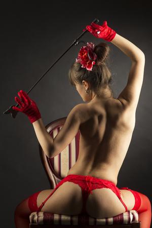 mujer desnuda de espalda: La muchacha atractiva en ropa interior roja en topless