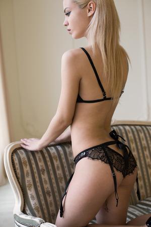 skinny: Chica en lencería negro sexy