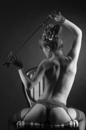 femmes nues sexy: Sexy girl en rouge sous-vêtements seins nus Banque d'images