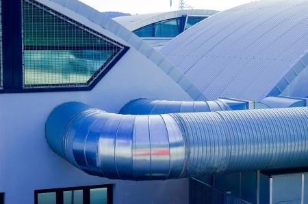 Coditioner buizen met metalen dak en ramen Stockfoto