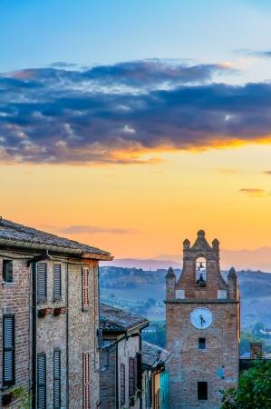 Bekijk de zonsondergang over de klokkentoren van Gradara in Italië Stockfoto