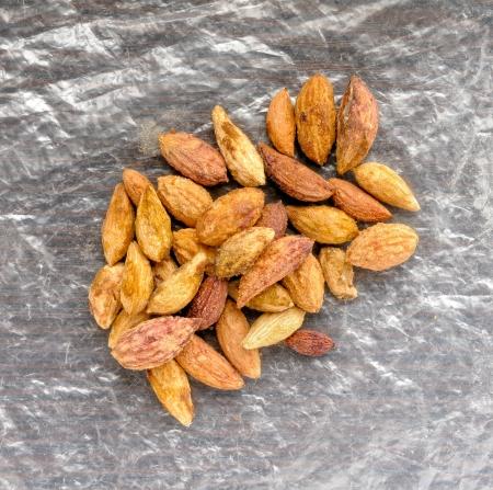 Olive kernels op een cellofaan achtergrond Stockfoto