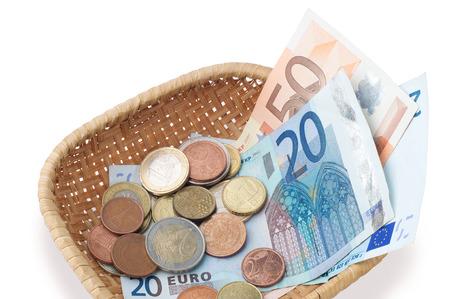 Een mandje met geld, het maken van een collectie voor weldaad