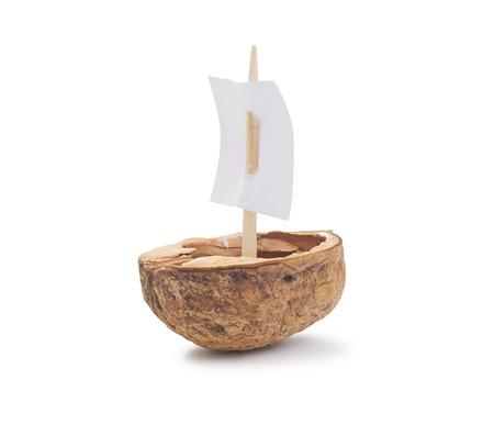 Een walnoot shell met een zeil, geïsoleerd op wit Stockfoto