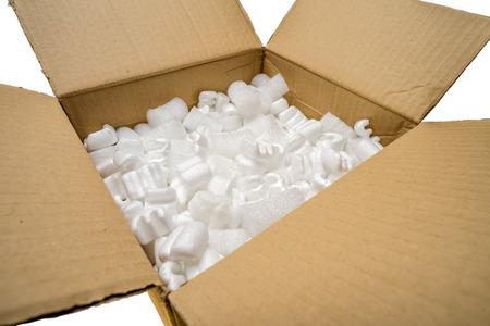 Remplissez emballage arachides et paquet de bulle dans une boîte en carton, isolé sur fond blanc Banque d'images - 26807113