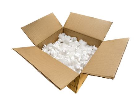 Vul verpakking pinda's en bubble pakket in een kartonnen doos, geïsoleerd op witte achtergrond Stockfoto
