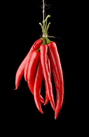 impiccata: Impiccati hot chili peppers rosso isolato su sfondo nero