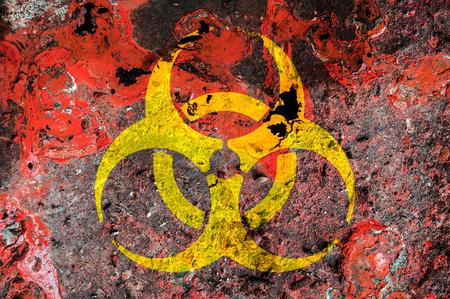 riesgo biologico: Símbolo de riesgo biológico en una placa de metal óxido