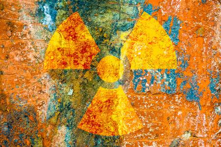 Een ioniserende straling symbool op roest metalen plaat