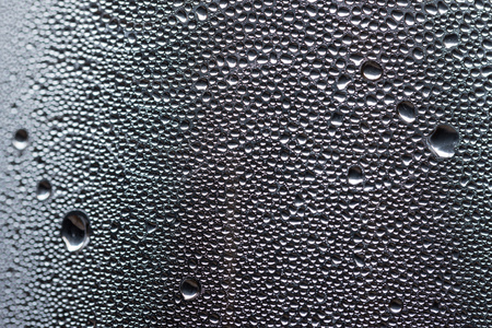 condensacion: Muchos poca agua cae debido a la condensación sobre una superficie curva botella de plástico
