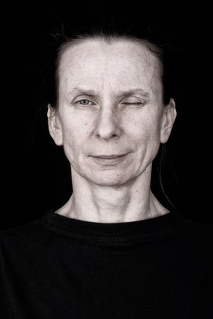 ojos negros: Retrato de una mujer adulta interesante hacer un guiño
