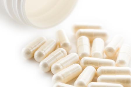 Yoghurt capsules die op een witte achtergrond. Yoghurt Capsules hulp bij het handhaven van een normaal gezond gastro-intestinale systeem en de spijsvertering.