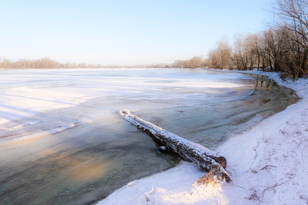 amanecer: Agua helada, hielo y nieve en el río Dnieper en Kiev, Ucrania, durante el invierno