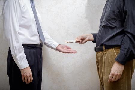 remuneraciÓn: hombre corrompido el pago de un soborno a los billetes de Grivna un hombre de negocios, o un político, la corrupción aceptar, en Ucrania