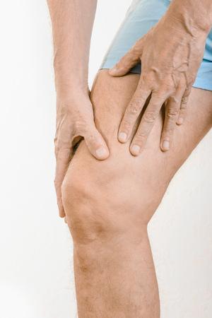 elongacion: Hombre atleta masajeando un cuádriceps doloroso después de un accidente. Podría ser un claquage musculaire o una elongación muscular
