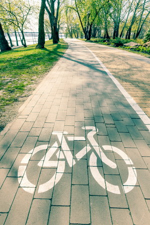 White bike path sign painted on a lane in the Natalka park of Kiev, Ukraine 版權商用圖片