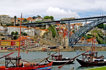 Overlooking the quay of Vila Nova de Gaia and the old town of Porto Stock Photo - 14639586