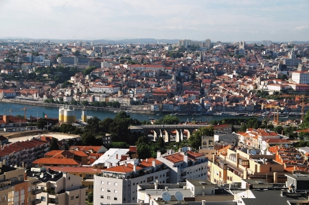 lain: Porto is a charming town which has lain on the hills with the mouth of the river Douro  She belongs on account of her historical buildings and noteworthy monuments