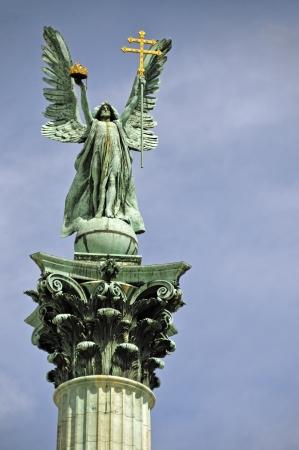 double cross: Il Monumento del Millennio � l'elemento centrale del corso Il pilastro di circa 40 metri di altezza � visibile da lontano e porta l'immagine in alto l'Arcangelo Gabriele Archivio Fotografico