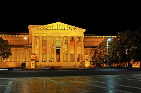 neocl�sico: El Museo de Bellas Artes de Budapest es uno de los museos m�s importantes de Europa en el hermoso edificio, construido en estilo neo-cl�sico en Heldenplatz pueden incluir arte extranjero desde la antig�edad hasta nuestros d�as