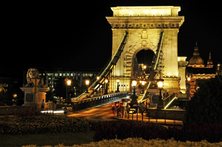 first sight:  The Budapest Chain Bridge is at first sight very impressive  Not only the four lion statues, which date back to 1885 and the market participants look towards the ends of the bridge, are impressive