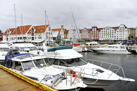 retained: Bergen es una ciudad internacional con una larga historia y tradiciones ancestrales A pesar de la modernidad, Bergen ha conservado el encanto y la atm�sfera de una peque�a ciudad de Bergen ofrece una combinaci�n ideal de naturaleza, cultura y vida de la ciudad estimulante