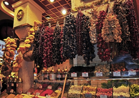 bustling: He Spice Market is the oldest markets of Istanbul  It is located in a beautiful L-shaped building, very close to the bustling port of Eminoenue  He is known by various names  Spice Bazaar, Misir Carsisi and Egyptian Bazaar