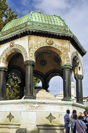 octagonal: La fuente alemana en Estambul Esta fuente octogonal es un regalo del emperador alem�n Wilhelm II para el sult�n Abdul Hamid II, el don del emperador del Sacro Imperio Romano era una se�al de la alianza entre Alemania y el Imperio Otomano Editorial