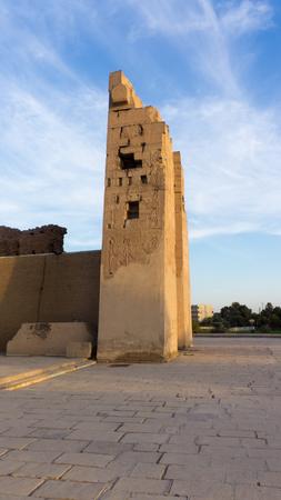 horus: Ruinas de un antiguo templo de Egipto con estatuas y columnas