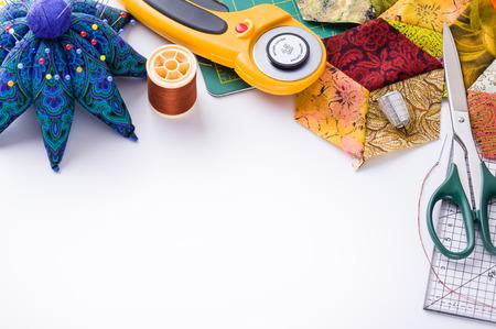 Accessoires voor patchwork top uitzicht op een wit oppervlak Stockfoto
