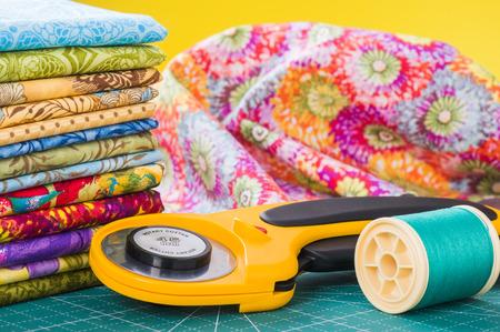 ロータリー カッターと背景布の糸のスプール