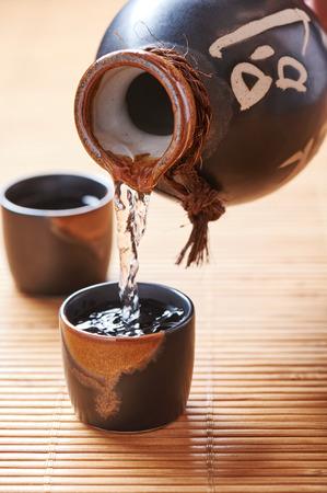 日本の酒瓶 2 つのショット グラスからセット