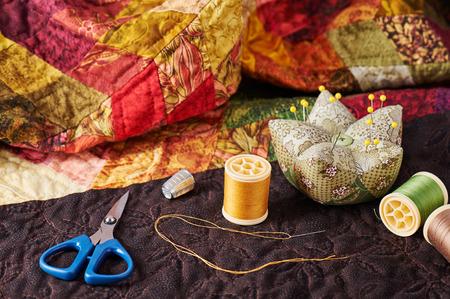 キルトのパッチワーク用の糸、針、指ぬき、はさみやピンのクッションのスプール