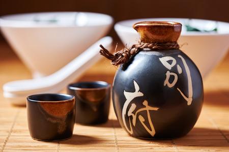 Conjunto Sake japonés de una botella y dos vasos de chupito Foto de archivo - 43789126